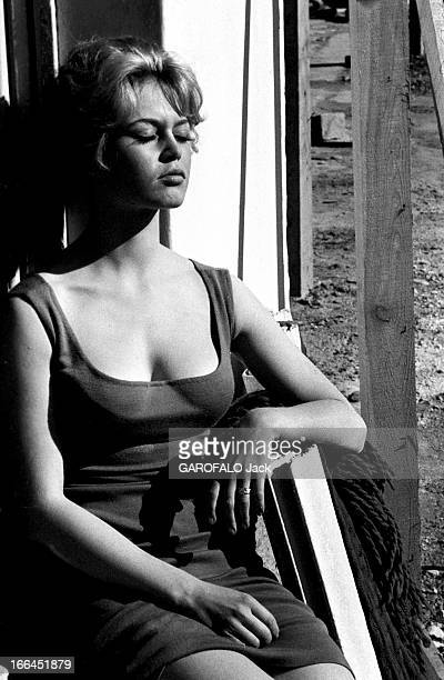 Brigitte Bardot Le 10ème Festival de Cannes 1957 se déroule du 2 au 17 mai attitude sensuelle de Brigitte BARDOT les yeux fermés prenant le soleil...