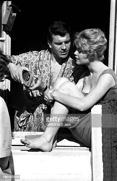 Brigitte Bardot Le 10ème Festival de Cannes 1957 se déroule du 2 au 17 mai attitude de Brigitte BARDOT de profil assise sur le rebord d'une fenêtre...