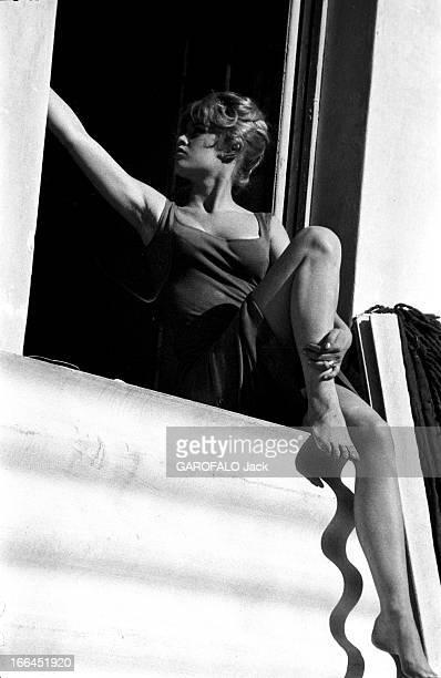 Brigitte Bardot Le 10ème Festival de Cannes 1957 se déroule du 2 au 17 mai attitude de profil de Brigitte BARDOT assise sur le rebord d'une fenêtre...