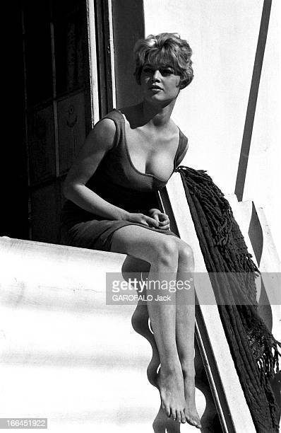 Brigitte Bardot Le 10ème Festival de Cannes 1957 se déroule du 2 au 17 mai attitude souriante de Brigitte BARDOT assise sur le rebord d'une fenêtre