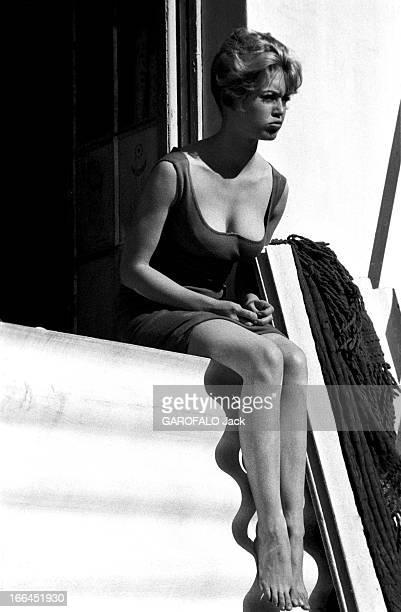 Brigitte Bardot Le 10ème Festival de Cannes 1957 se déroule du 2 au 17 mai attitude de Brigitte BARDOT assise sur le rebord d'une fenêtre