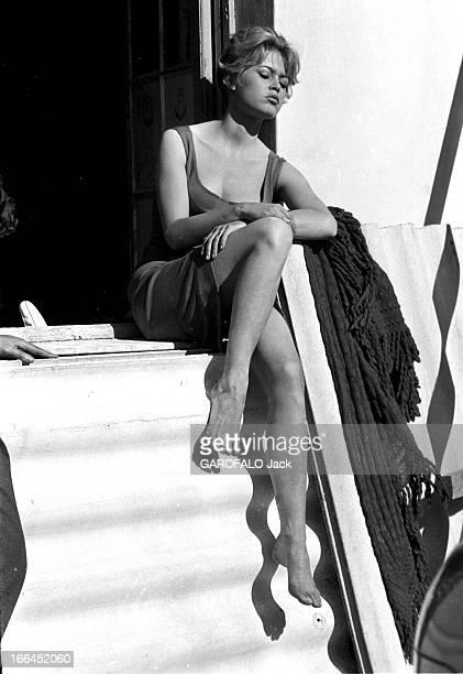 Brigitte Bardot Le 10ème Festival de Cannes 1957 se déroule du 2 au 17 mai attitude de Brigitte BARDOT les yeux fermés prenant le soleil assise sur...