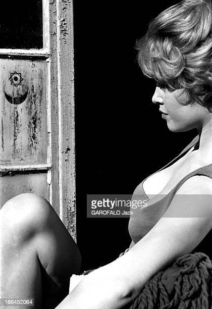Brigitte Bardot Le 10ème Festival de Cannes 1957 se déroule du 2 au 17 mai plan de profil de Brigitte BARDOT assise sur le rebord d'une fenêtre
