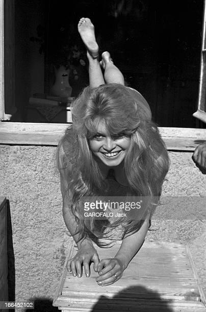 Brigitte Bardot Le 10ème Festival de Cannes 1957 se déroule du 2 au 17 mai attitude souriante de Brigitte BARDOT en équilibre sur le rebord d'une...