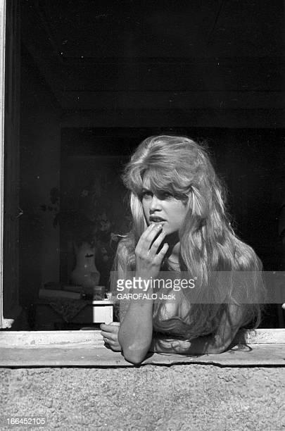 Brigitte Bardot Le 10ème Festival de Cannes 1957 se déroule du 2 au 17 mai plan de troisquarts de Brigitte BARDOT appuyée au rebord d'une fenêtre