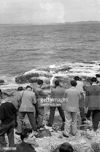 The 10Th Cannes Film Festival 1957 Le 10ème Festival de Cannes se déroule du 2 au 17 mai 1957 une jeune femme posant pieds nus sur des rochers au...