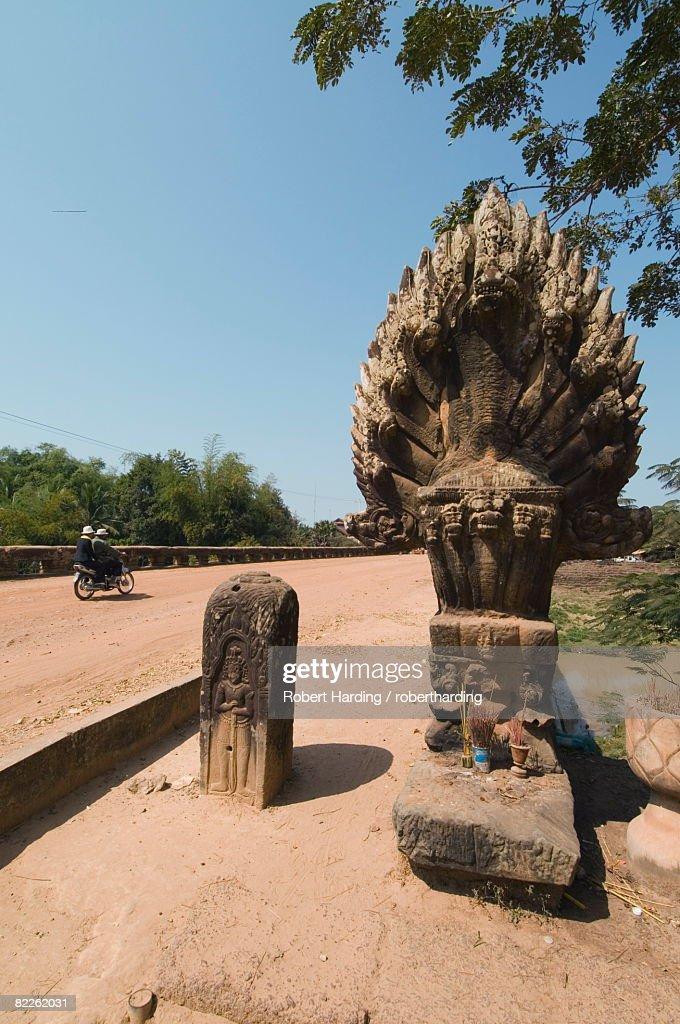 The 12th century bridge near Siem Reap, Cambodia, Indochina, Southeast Asia, Asia : Stock Photo
