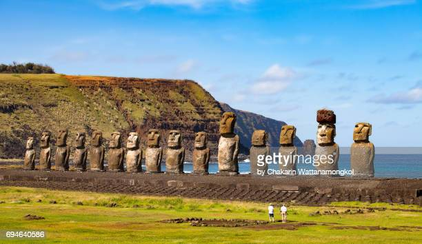 the 15 moais at ahu tongariki - easter isalnd. - chile stock pictures, royalty-free photos & images