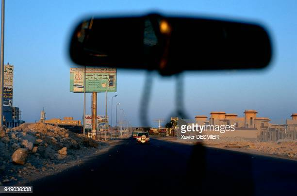 The 1500 kms long road on the edge of the red sea former Roman Via Adriana in 21 AC Mer Rouge en Egypte Sur la route qui longe le littoral entre mer...