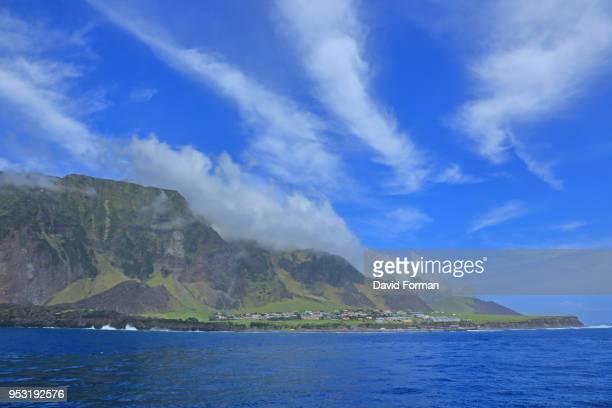 the 1961 volcano + edinburgh of the seven seas settlement from the north, tristan da cunha, south atlantic. - isla tristán de acuña fotografías e imágenes de stock