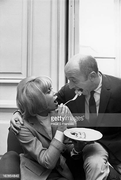 Michel Audiard And Mireille Darc Le 19ème Festival de Cannes se déroule du 5 au 20 mai 1966 Mireille DARC donnant à manger à Michel AUDIARD du gâteau...