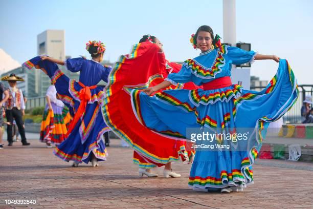 le 19ème mexicana de fiesta à odaiba tokyo 2018 - mexicain dansant - danse latine photos et images de collection