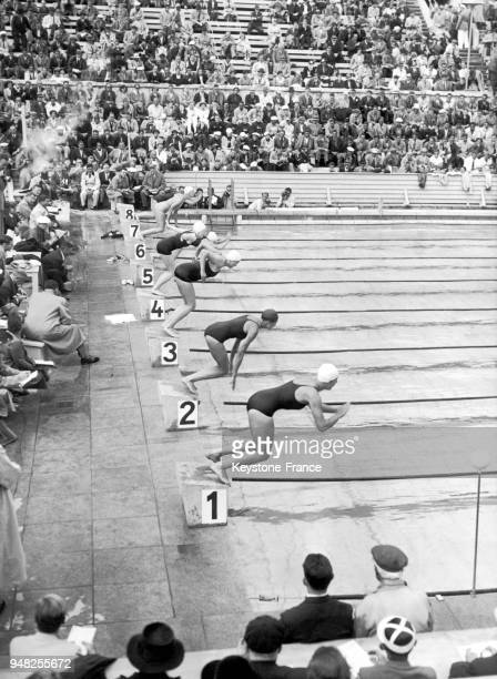 The 200m swimming event at the DIETRICKECKARTBUHNE stadium at the Olympic Games of Berlin on August 3 1936 Epreuve du 200 mètres nage au stade...