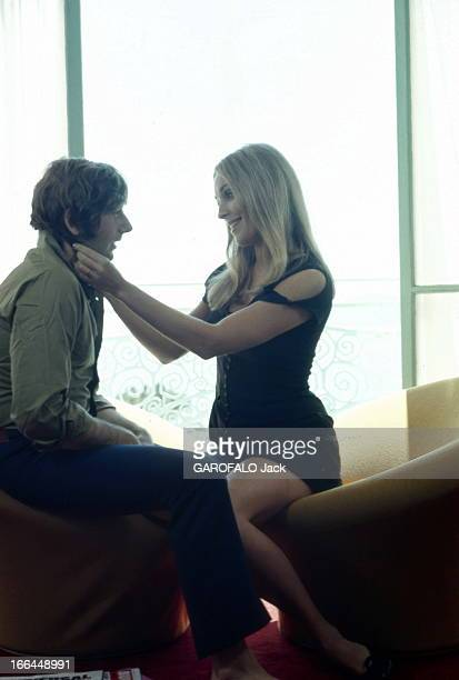 The 21Th Cannes Film Festival 1968 Sharon Tate And Roman Polanski Le 21ème Festival de CANNES 1968 Sharon TATE coiffant les cheveux de son mari Roman...
