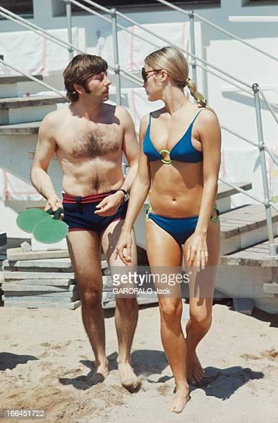 Sharon Tate And Roman Polanski Le 21ème Festival de CANNES 1968 Roman POLANSKI en maillot de bain deux raquettes de pingpong dans une main avec son...