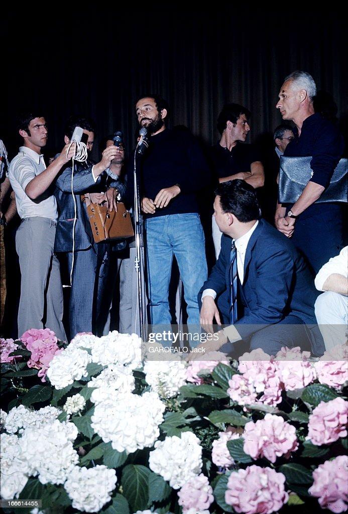 The Cessation Of The Festival. Le 21ème Festival de CANNES 1968 s'arrête. De nombreux cinéastes décrètent l'interruption du festival et occupent la salle. Le rideau du Palais du Festival ne se lèvera plus : un homme parlant sur scène devant le rideau fermé.
