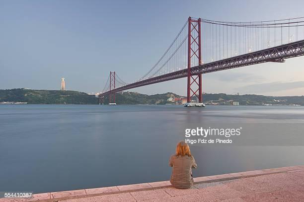 the 25 de abril bridge - statua di cristo re foto e immagini stock