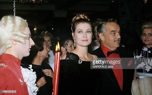 The 40Th Anniversary Of Princess Grace Of Monaco Monaco 15 novembre 1969 Au bal des Scorpions à l'hôtel Hermitage près d'un homme en costume de style...