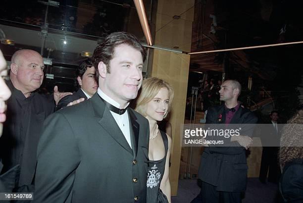 The 47th Cannes Film Festival 1994 Les acteurs et les personnalités au 47e FESTIVAL DE CANNES 1994 en France John TRAVOLTA en costume sobre avec son...