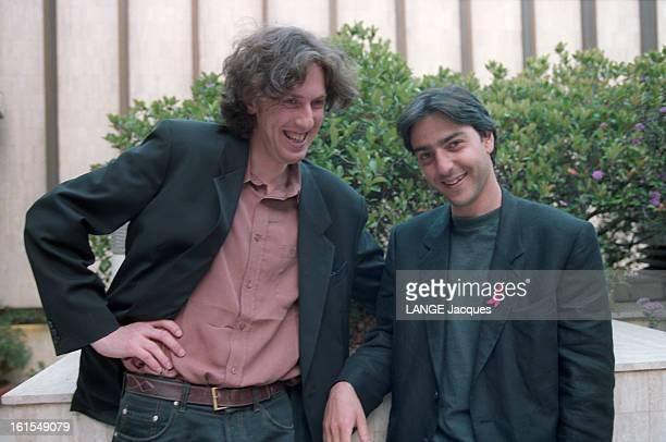 The 47th Cannes Film Festival France 1994 Eric Rochant And Yvan Attal le 47e Festival de Cannes 1994 France Le réalisateur Eric ROCHANTposant avec...