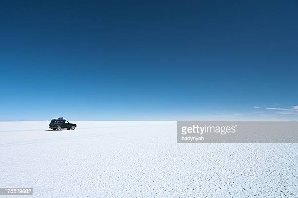 the 4wd on salar de uyuni, altiplano bolivia - horizon over land stock photos and pictures