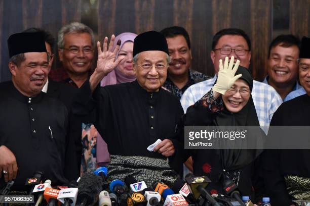 The 7th Malaysian Prime Minister and opposition candidate Mahathir Mohamad waves to the media during a press conference on May 10 2018 in Kuala...