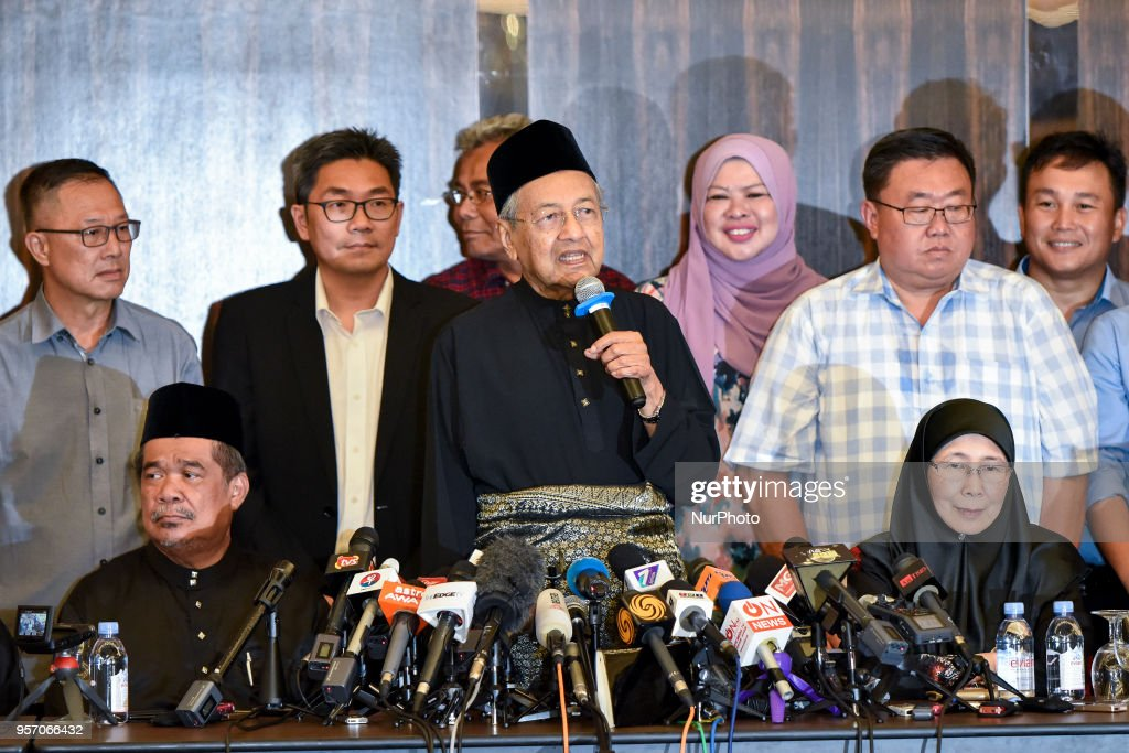 The 7th Malaysian Prime Minister and opposition candidate Mahathir Mohamad (92,C) deliver a speech during the press conference on May 10, 2018 in Kuala Lumpur, Malaysia. Mahathir Mohamad was sworn in on May 10 as the world's oldest elected leader after a stunning election win that swept Malaysia's establishment from power after more than six decades.