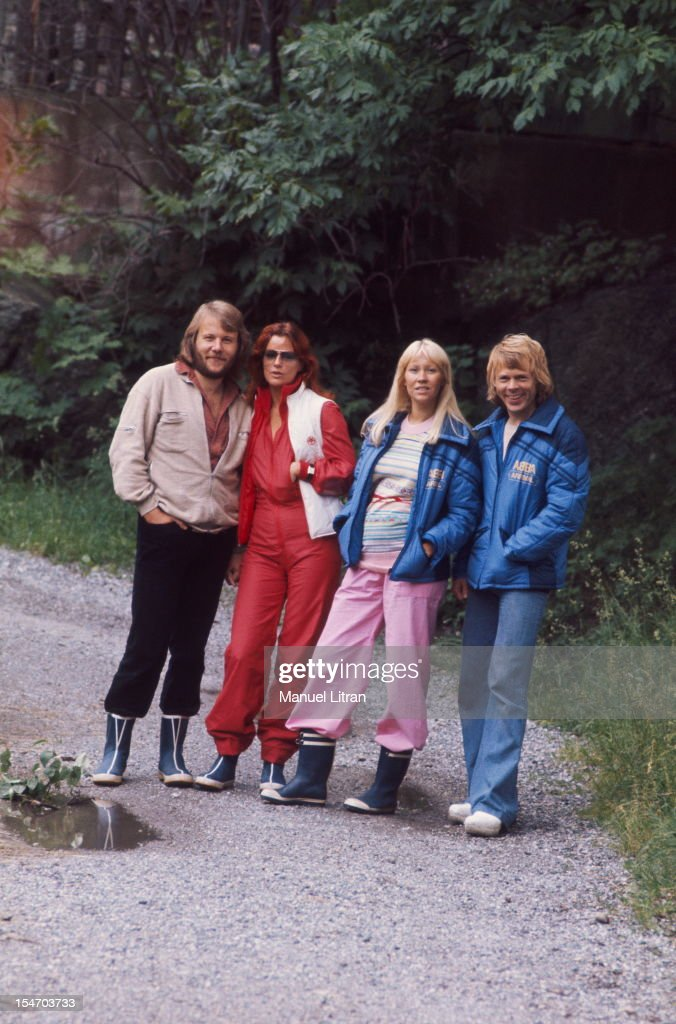 The ABBA posing on a path with Anni-Frid Lyngstad (Frida called) and her husband Benny Andersson, Agnetha Faltskog and Bjorn Ulvaeus her husband (in blue).