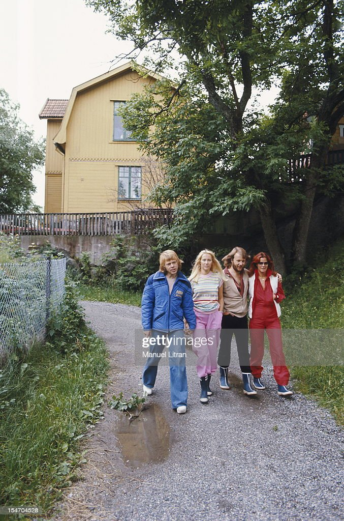 The ABBA walking on a path with Anni-Frid Lyngstad (Frida called) and her husband Benny Andersson, Agnetha Faltskog and Bjorn Ulvaeus her husband (in blue).