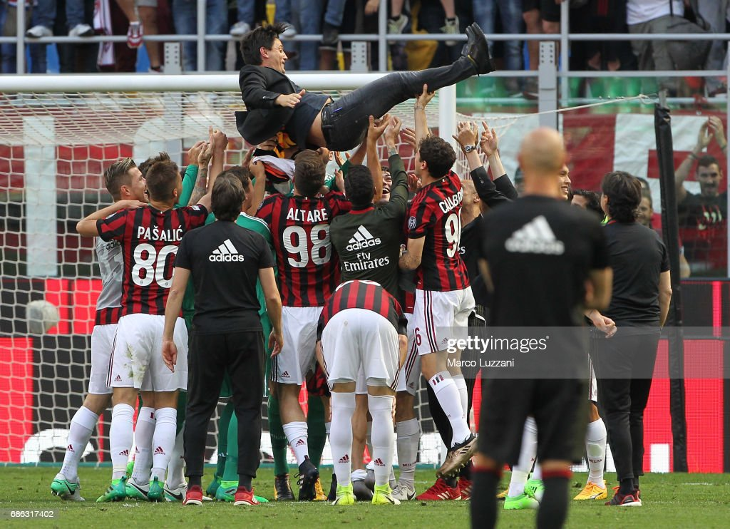 Calcio Saga 19/20 - Page 7 The-ac-milan-players-celebrate-their-coach-vincenzo-montella-at-the-picture-id686317402