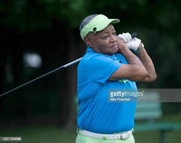 L'active, optimiste 77 ans senior femme noire jouant au golf