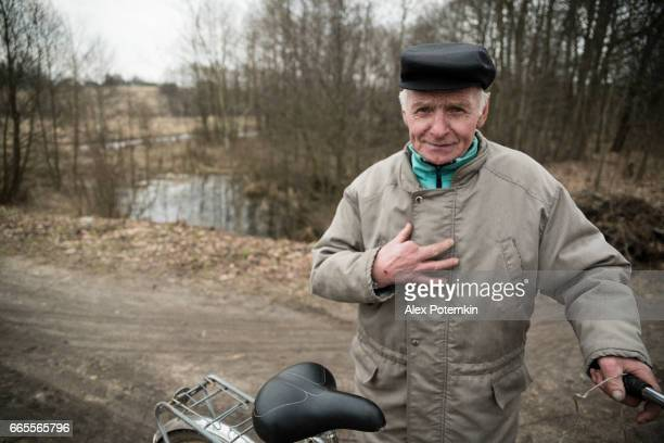 Die aktive polnischen Senior 77 Jahre alten Mann mit Bicicle, Weißrussland