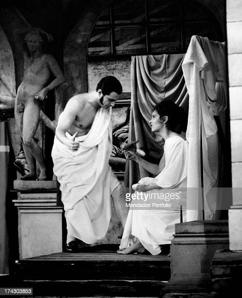The actor Nino Manfredi in the role of Rugantino chats in a roman tunic with the actress Lea Massari in the role of Rosetta in a scene of the musical...