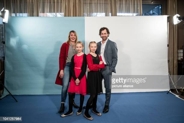 The actors FlorianStetter Alwara Hoefels and twins Mia and Delphine Lohmann at a photoshoot for the the television film 'Das doppelte Lottchen' in a...