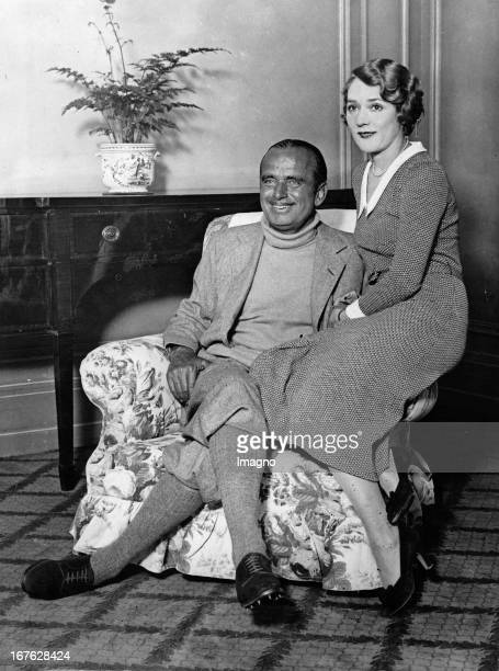 The actors Mary Pickford and Douglas Fairbanks sen in their hotel in London Photographie About 1932 Die Filmschauspieler Mary Pickford und Douglas...