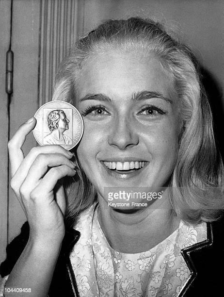 The actress Marie DUBOIS is showing her SUZANNE BIANCHETTI Prize's medal offered by the Authors' Society for her interpretation in a television movie...