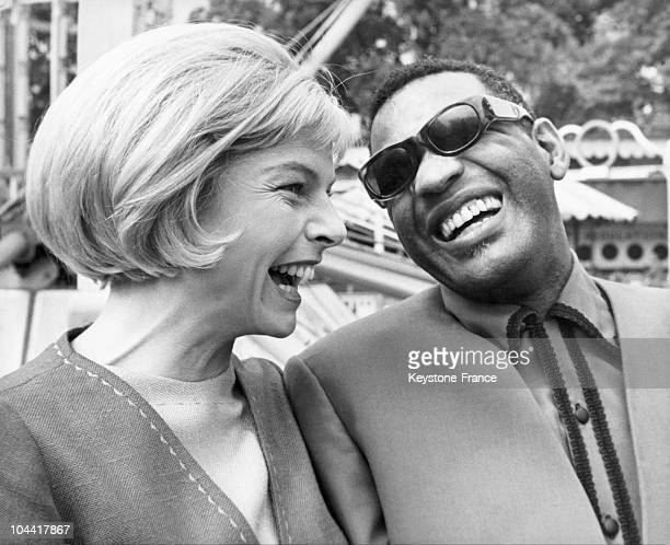 The actress Mary PEACH and the American singer and musician Ray CHARLES having fun together between two shots during the shooting of Paul HEINREID's...