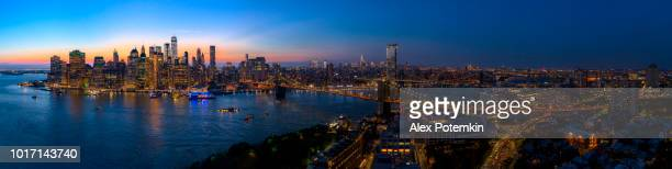 the aerial scenic panoramic view to manhattan downtown from brooklyn heights over the east river at the sunset. - new york foto e immagini stock