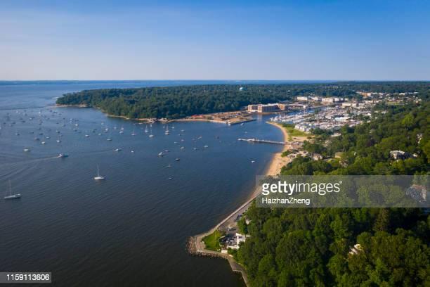 de antenne scenic view op manhasset bay, long island, new york - stadsdeel stockfoto's en -beelden
