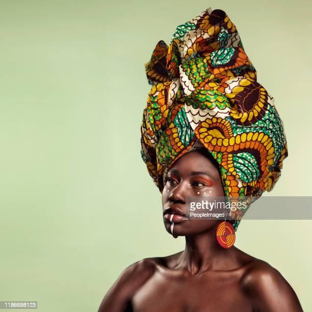 de afrikaanse hoofd wrap... onderdeelstatus, onderdeel stijl - hoofddeksel stockfoto's en -beelden