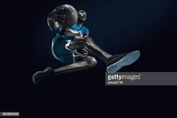 ジャンプ ボールでアフリカ人のバスケット ボール選手 - スポーツユニフォーム ストックフォトと画像