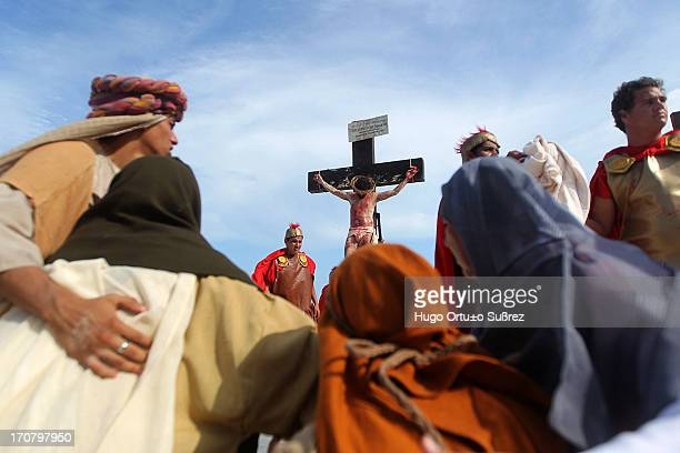 The afternoon was held for the third consecutive year the Stations of the Cross on the beach an event with the participation of 120 actors and seeks...