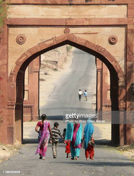 the agra gate on the road to the palace in fatehpur sikri, uttar pradesh, india - victor ovies fotografías e imágenes de stock
