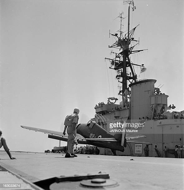 The Aircraft Carrier 'Arromanches' L'Arromanches porteavions de l'aéronavale française a reçu ses nouveaux avions américains pour porteavions en...