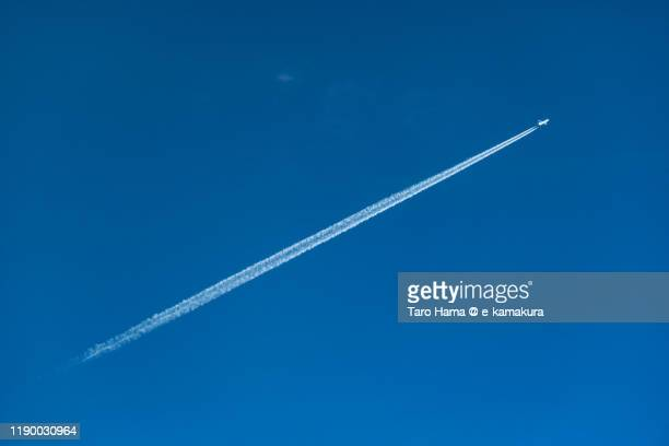 the airplane flying in the blue sky in japan - trainée d'avion photos et images de collection