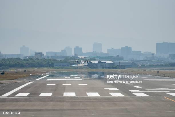 the airplane landing at oska international airport itami in japan - 大阪国際空港 ストックフォトと画像