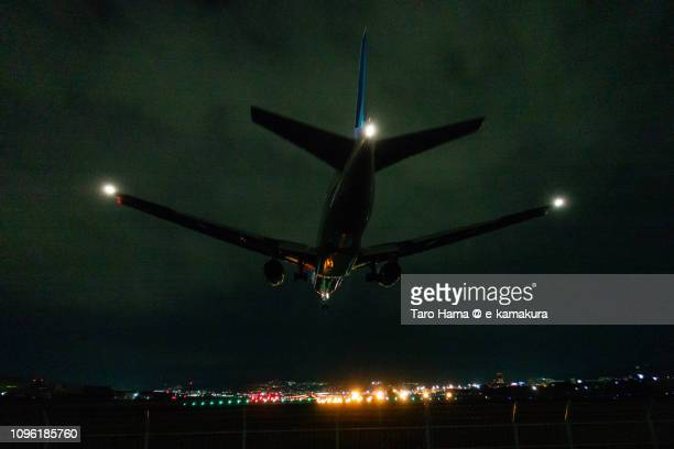 the airplane landing on osaka international airport itami (itm) in japan - 大阪国際空港 ストックフォトと画像
