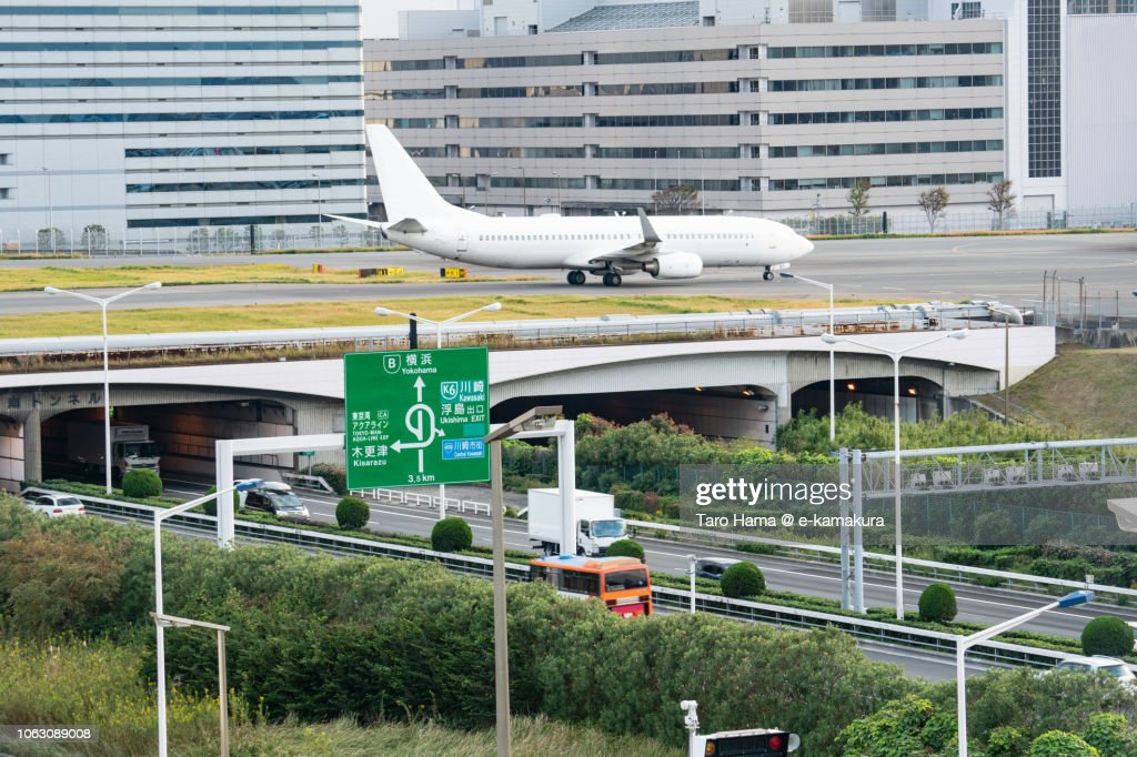 The airplane moving on Tokyo Haneda International Airport in Japan and Shuto Expressway Bayshore Route in Japan : ストックフォト