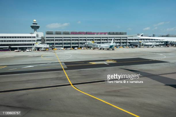 the airplane stopping at the terminal of singapore changi airport - チャンギ空港 ストックフォトと画像