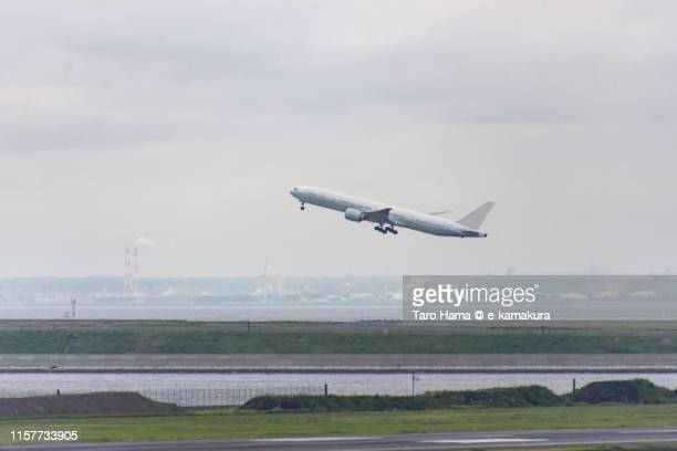 the airplane taking off the airport in tokyo - taro hama ストックフォトと画像